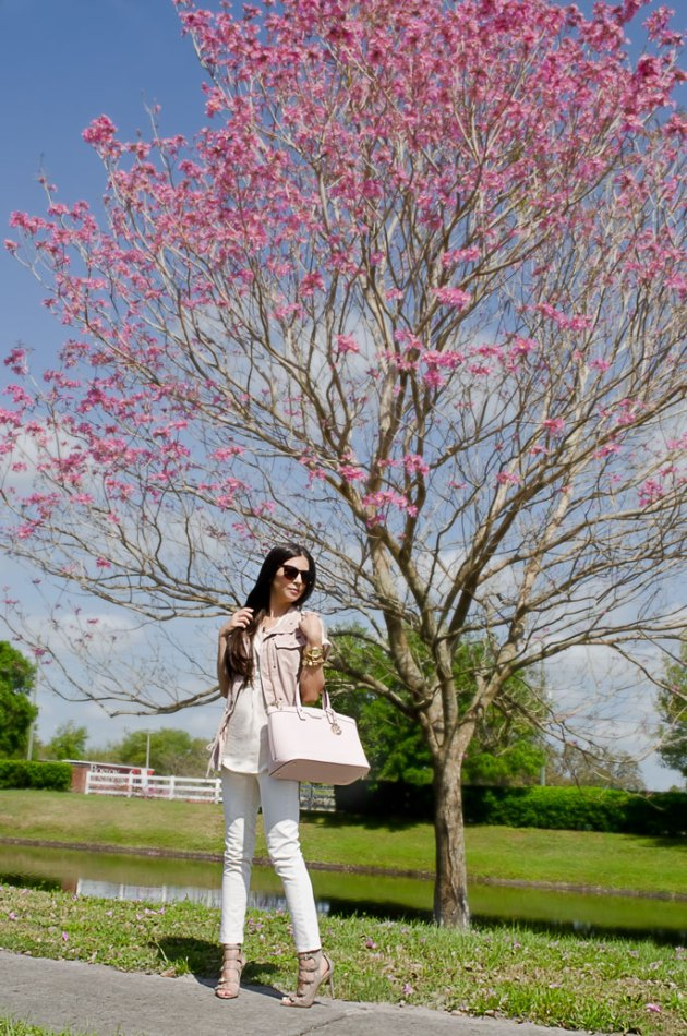 spring-outfit-ideas-with-a-pink-handbag-and-white-jeans-1