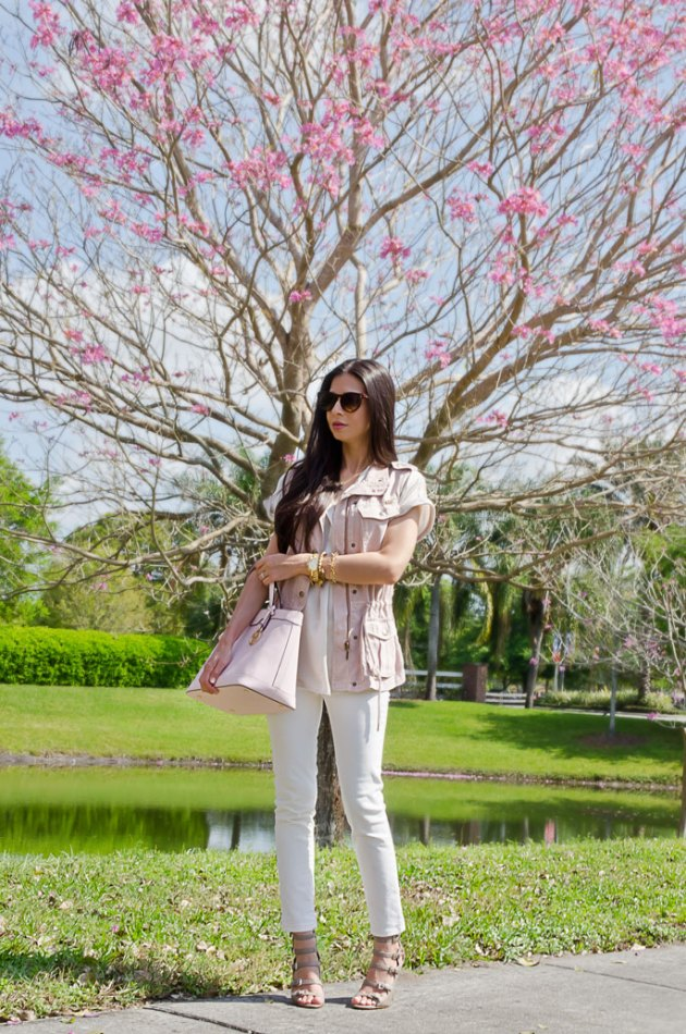 spring-outfit-ideas-with-a-pink-handbag-and-white-jeans-2