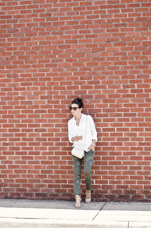 camo-pant-white-shirt-fall-outfit-idea-street-style-1