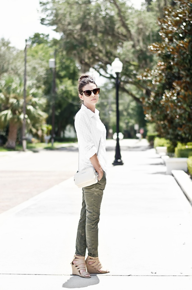 camo-pant-white-shirt-fall-outfit-idea-street-style-3