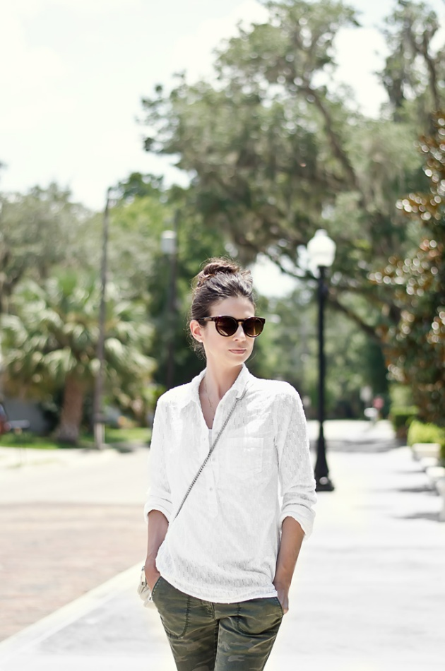 camo-pant-white-shirt-fall-outfit-idea-street-style-4